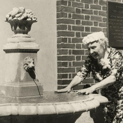 helen-keller-at-annie-sullivan-fountain_0